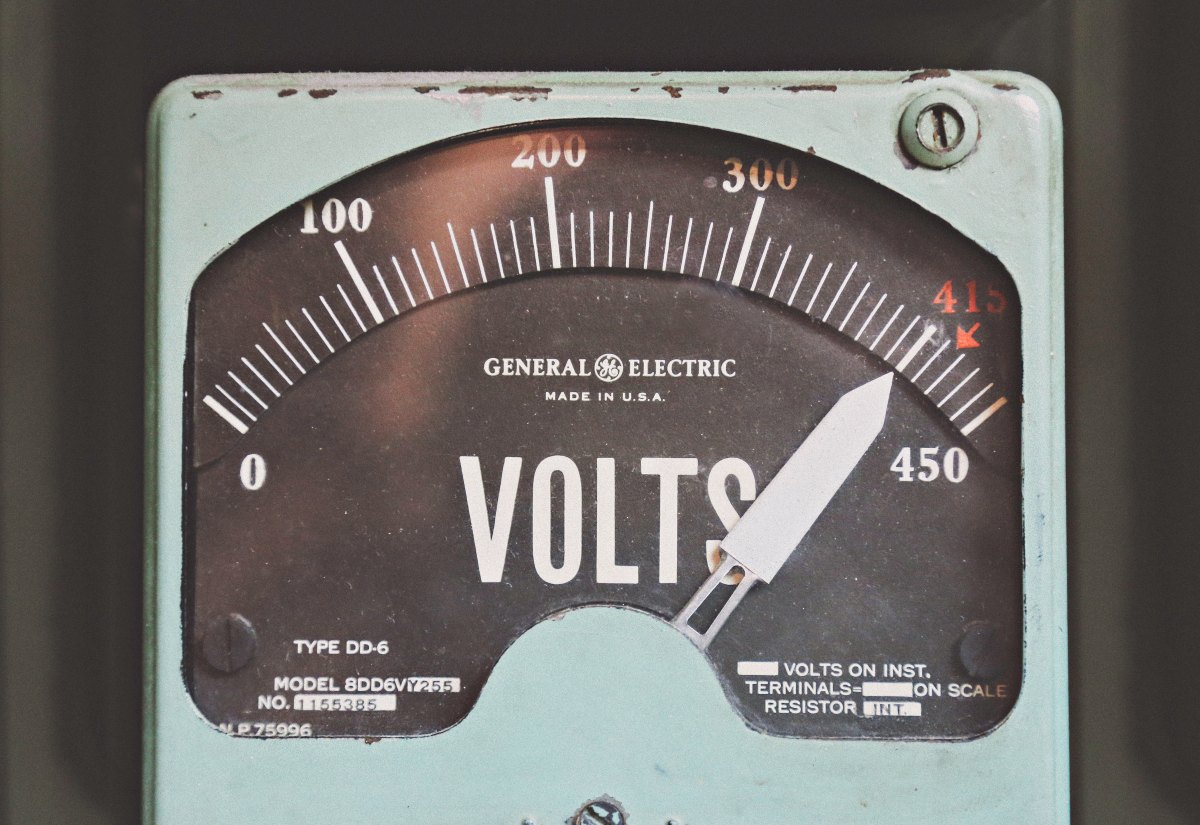 A voltmeter with its needle pointing at 400 volts